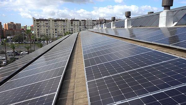 Instalación de placas solares realizada por Cambio Energético.