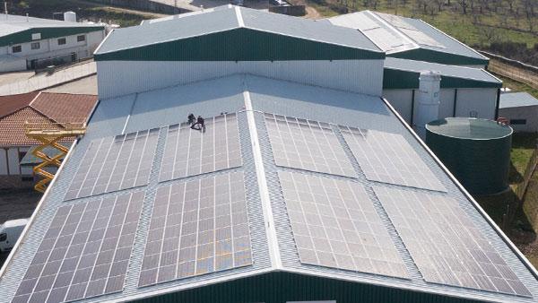 Instalacion de placas solares en cubierta.